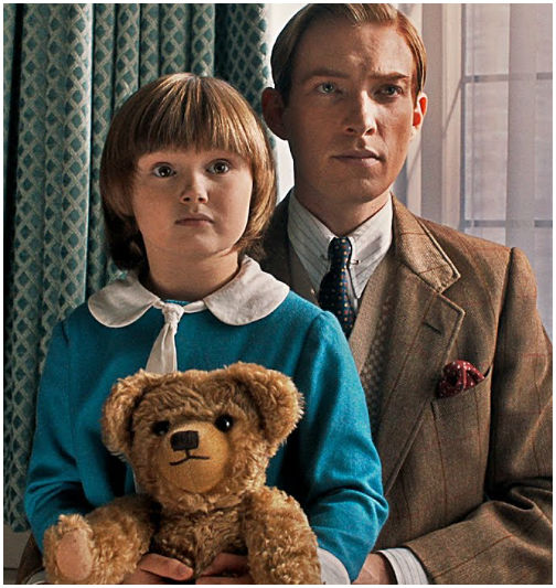 Christopher Robin Milne (Will Tilston) and A.A.Milne (Domhnall Gleeson) mit Winnie-the-Pooh